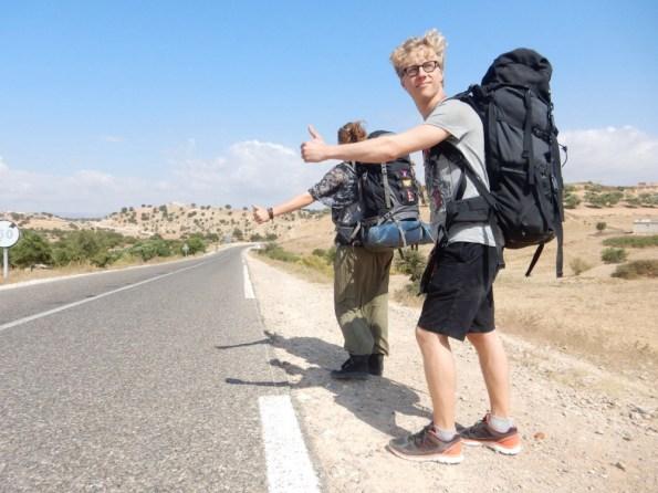 Ik en mijn vriend aan de kant van de weg in Marokko