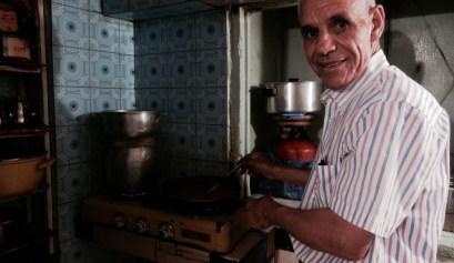 Omar in zijn keuken, waar hij de lekkerste gerechten bereidt