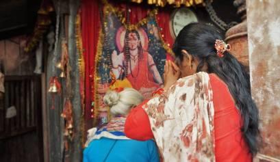 een biddende vrouw in Durbar Temple in Nepal