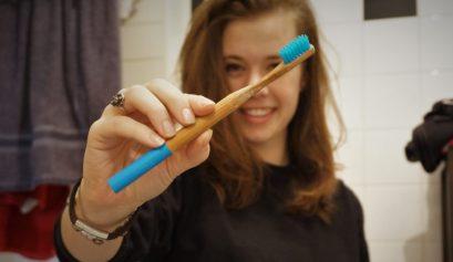 bamboe tandenborstel in een zero-waste badkamer