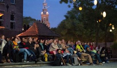De kijkers in de Tropentuin van het World Cinema in Amsterdam