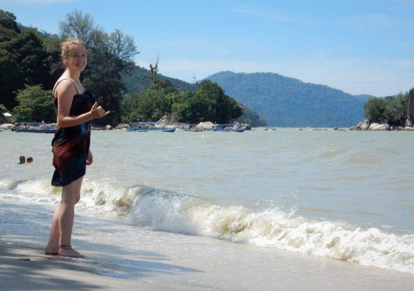 Ik met mijn sarong op het strand in Malesië