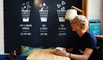 koffie drinken in de ouni verpakkingsvrije winkel in Luxemburg