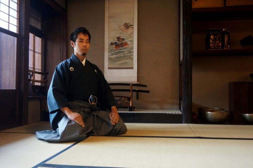 Shogu geknielt op de tatami matten in het samurai huis