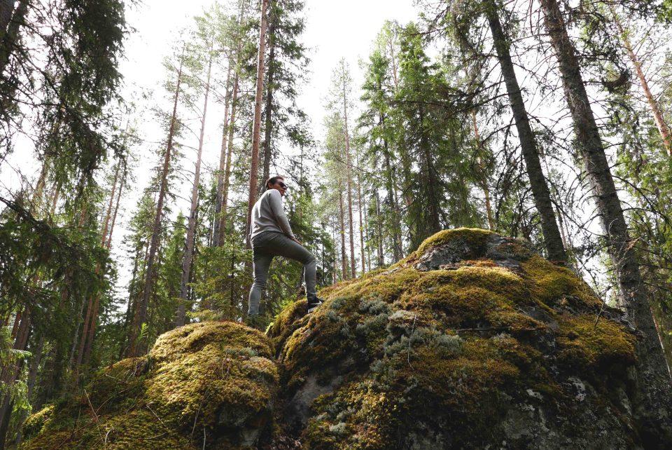 Daan in de bossen in Zweeds Lapland