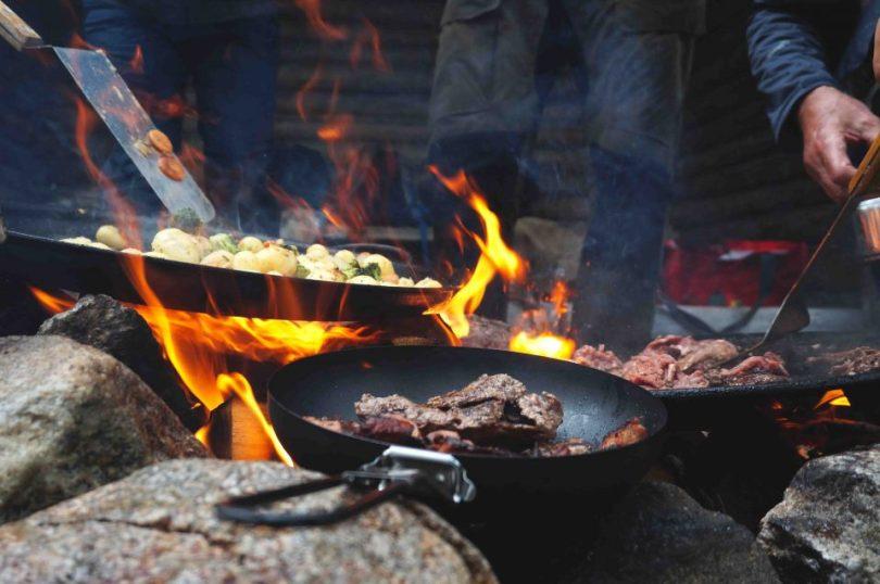 Pannen met eten op het kampvuur in Zweeds Lapland