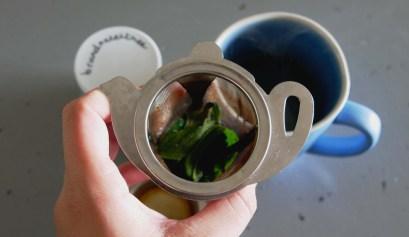 Brandnetel thee in een theezeef