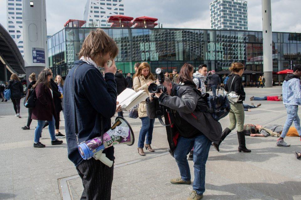 klimaatactivisten doen een 'die-in' voor Utrecht Centraal