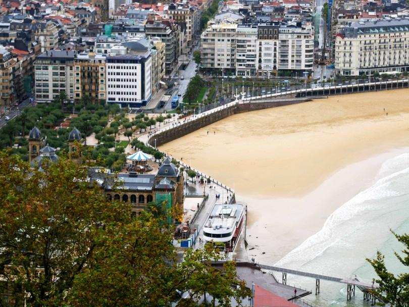 uitzicht over de boulevard van San Sebastian vanaf Monte Urgull
