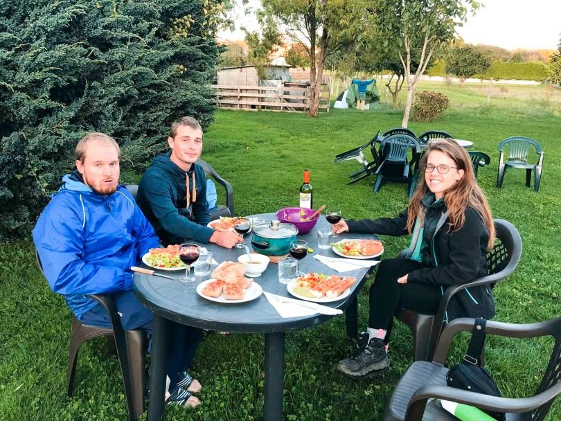 Isaac, Daniel en ik aan het avondeten in de tuin van de herberg