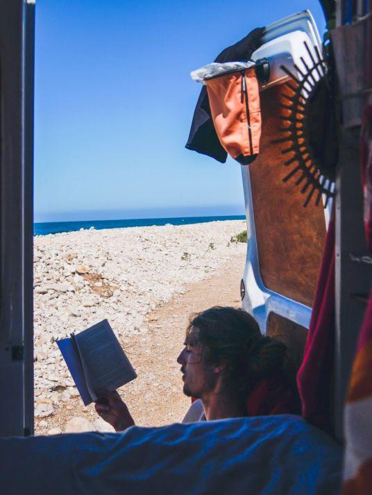 Khymo leest een boek, rechtsboven zie je de flextrash prullenbak