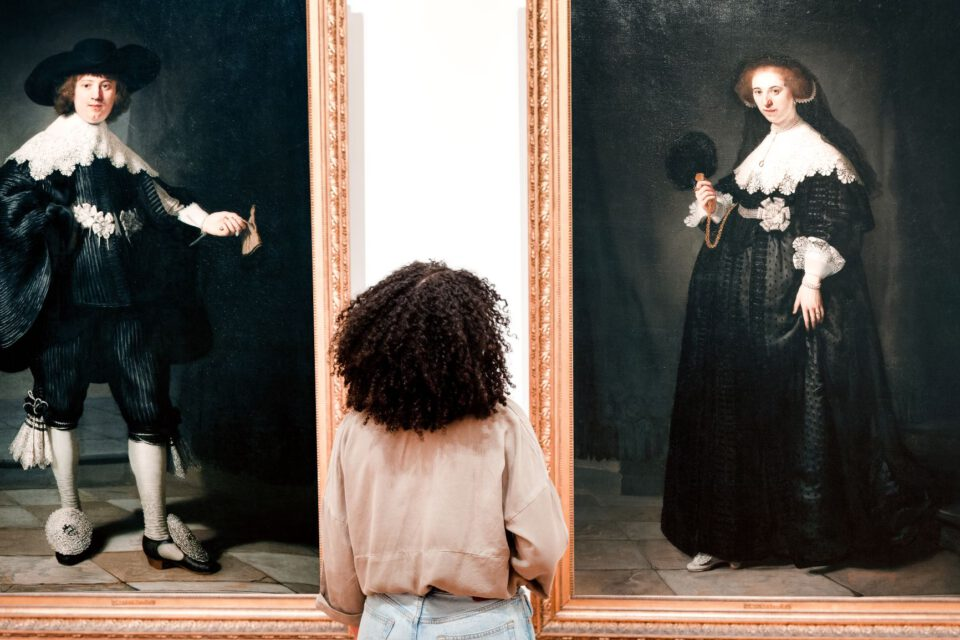 Een vrouw bezoekt de tentoonstelling Slavernij in het Rijksmuseum