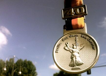 Die Medaille in Händen