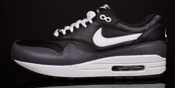 e63acfd14ec101 Nike Air Max 1 Black LTR - Quick Look - WearTesters