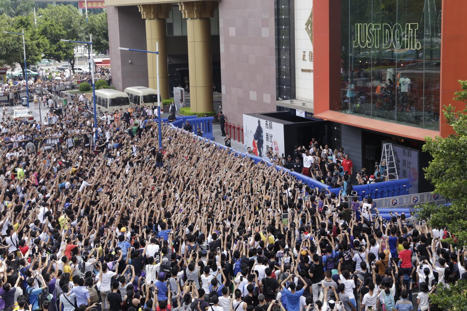 Hundreds Of Fans Greet The Black Mamba Kobe Bryant Outside Nike Store In