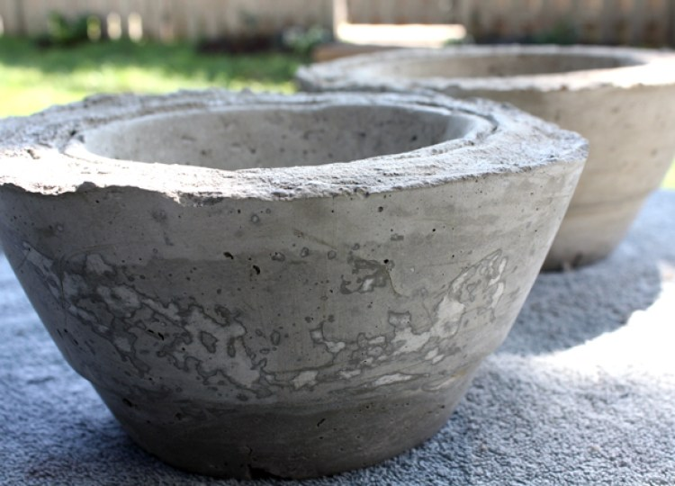 I wanted to make a DIY dog bowl holder, but all the tutorials I found were wood and required lots of tools. I wanted something I could do without any power tools, so I came up with these concrete dog bowl holders! They turned out pretty cool! Click through for a full video tutorial and photos of the process.
