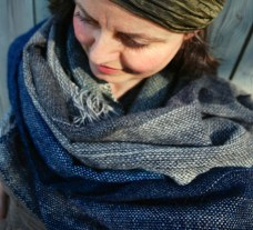 Wrapping the sea around your neck unfinished scarves med