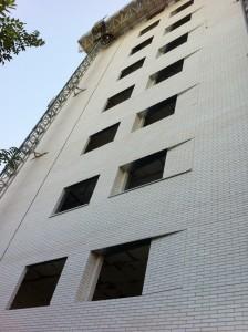 Movimiento en la fachada de ladrillo visto