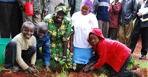 smiling faces Wangari Maathai   A Tribute to an Unbowed Woman