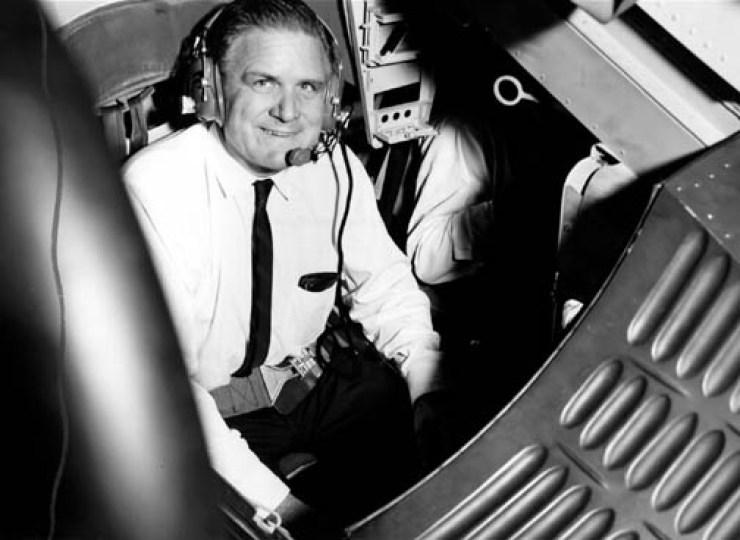 James Webb 7 Ağustos 1965'te Gemini kenetlenme simulatörünü test ederken. Fotoğraf Kredisi: NASA