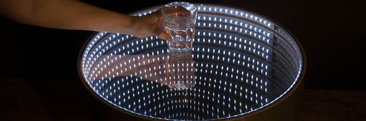 infinitum table'sの発光性の表面は整然を促します
