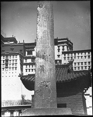Doring dans le village administratif de Zhöl, au pied du Potala © The Tibet Album