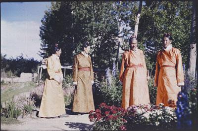 Quatre Tsipön (fonctionnaires du bureau des Finances) : Shakabpa (envoyé chercher de l'aide diplomatique à l'étranger), Ngapö Ngawang Jigme (futur ministre et négociateur en 1951), Lukhangwa (futur Sitsab), Namseling © Tibet Album
