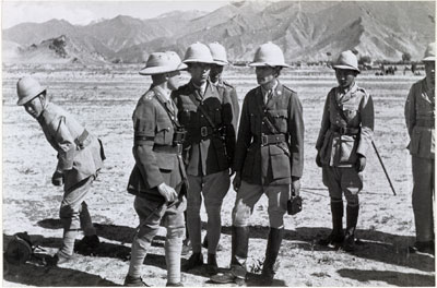 Officiers tibétains lors d'une parade militaire (photo datée du 07/09/1936, probablement prise par Hugh Richardson) © The Tibet Album