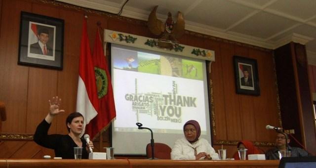 Persiapan SDGs: Kate Moningo (kiri) dari Waseda Universirty Japan dan Nila Wardani (berjilbab) menjadi narasumber dalam kuliah tamu di STIE Malangkucecwara, Jumat (13/5)
