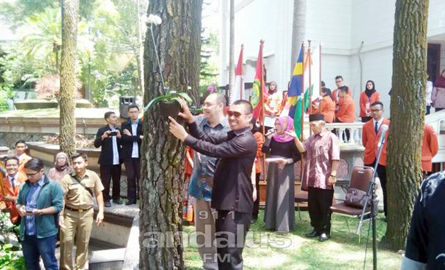 H. M. Anton memberikan motivasi dan penanaman bunga Anggrek di lingkungan STIEMalangkucecwara