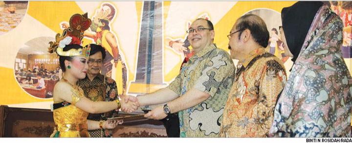PROGRAM BUNGA 2017: Rektor STIE MalangKucecwara (ABM) Drs Bunyarnin MM PhD (tiga dari kanan) mernberikan penghargaan kepada salah satu rnahasiswa asing asal Jepang yang piawai menari.