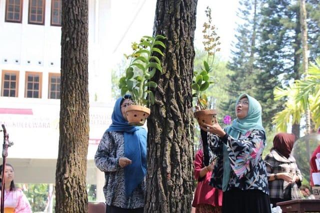 Penyematan Bunga Anggrek pada acara Pesona Anggrek ABM