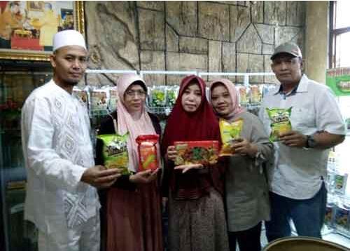 BANTUAN: (ki-ka) Pemilik CV Kajeye Food H. Kristiawan, anggota Tim Dra. Enggar Nursasi, MM., Ketua pengusul IbPE Dra. Siti Munfaqiroh, M.Si, menunjukkan produk hasil olahan buah.