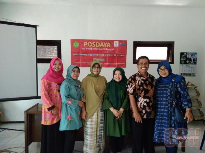 Ketua Posdaya Harmoni, Nanik (ujung kanan) bersama dosen STIE Malangkucecwara. Foto: Agus Nurchaliq