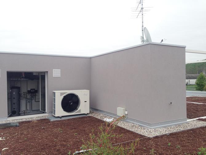 Tetto verde con vista sulla centrale termica: Centrale termica: unità interna ed esterna della PdC aria/acqua Tiva M22 e accumulo inerziale