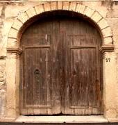 La tipica casa rurale del 900 si caratterizzava per lampio portale in legno lavorato che