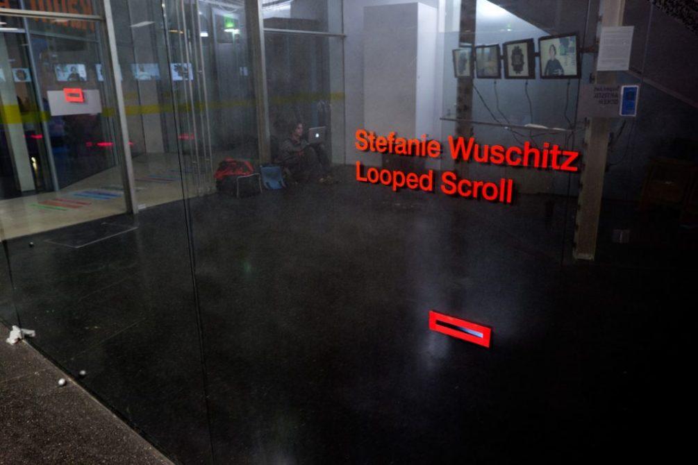 Stefanie Wuschitz(Technik: Christoph Freidhöfer) Looped Scroll Eröffnung: 22.03.2012, 19:00 Uhr, Einführende Worte von Isin Onol, Künstlerin ist anwesend.Ausstellungsdauer: 23.03.2012 - 06.05.2012Öffnungszeiten: 10:00 - 22:00 UhrOrt: quartier 21, im MQ, Museumsplatz 1, A-1070 Wien Die Installation Looped Scroll bezieht sich auf die 1975 von Carolee Schneemann vorgenommene Performance Interior Scroll. Das Zoetrop (Wundertrommel) zeigt einen Ausschnitt daraus. Das in der Installation hörbare Gespräch mit Carolee Schneemann hat Stefanie Wuschitz im September 2010 geführt. Junge österreichische Medienkünstlerinnen scheinen heute mit ähnlichen Konditionen konfrontiert zu sein, wie die 1939 in Pennsylvania geborene Medienkünstlerin Schneemann. Die Animation repliziert nun die radikale Geste der 68er Generation in modellhafter, verniedlichter Form. Mit der Beharrlichkeit einer Gebetsmühle wird ihre Geste solange wiederholt, bis sie nicht mehr gebraucht wird.