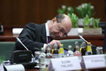 Basescu: Si eu as vrea sa am salariu mai mare, ca n-am voie sa am costum ros in coate!