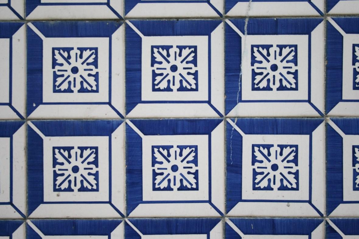 Azulejos sind die traditionellen portugiesischen Wandbilder aus Fliesen. Überall in Lissabon dienen die Fliesenmosaike als Wandschmuck. (Foto: Julia Marre)