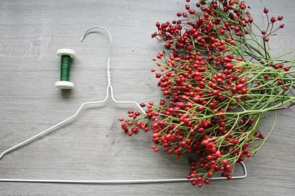 Draht, ein alter Kleiderbügel und Zweige sind die Materialien. Foto: Julia Marre