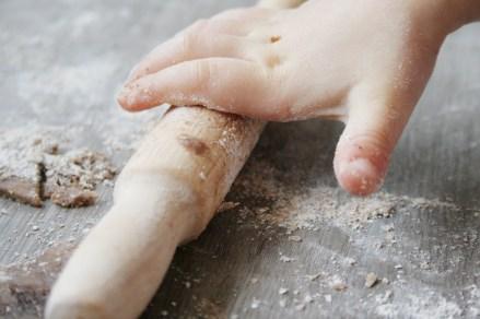 Schwofen vorm Ofen: Detail von fleißigen Fingern auf der Teigrolle. Foto: Julia Marre