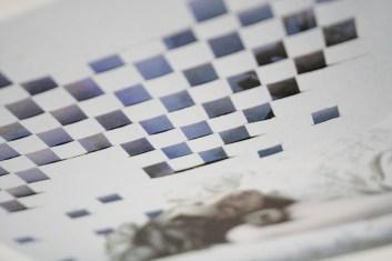 Hier geht's drunter und drüber: Verpixelt in Blau erscheint das Gemälde, das in Papierstreifen ins Foto geflochten wurde. Foto: Julia Marre