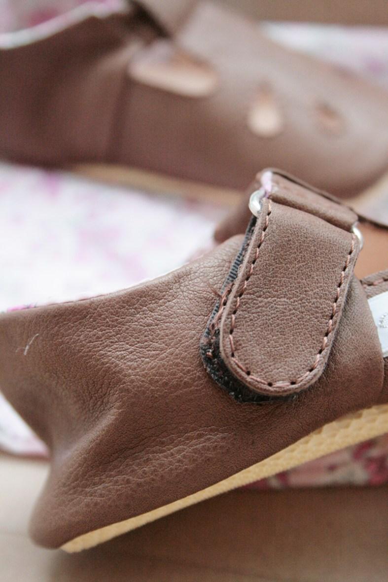 Zeigt her Eure Füße: Vor dem ersten Tragen ist das Leder noch glatt und der Klettverschluss ohne Gebrauchsspuren. Foto: Julia Marre