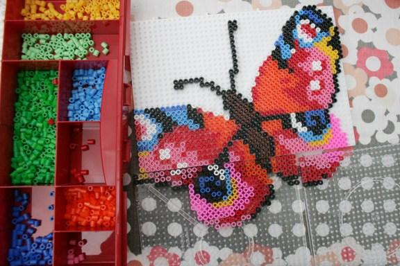 Weil der Schmetterling so groß geworden ist, musste ich mit weiteren Steckplatten anbauen. Foto: Julia Marre