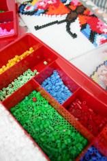 Aufgeräumt: Meine Perlen bewahre ich nach Farben sortiert in Werkzeugkästen auf. Foto: Julia Marre