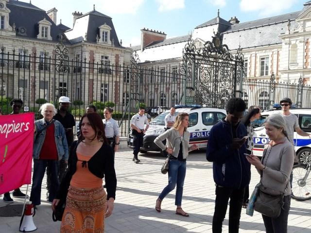 «L'humanité» de Collomb… et le charter de migrants à Poitiers