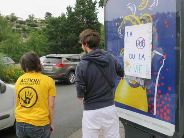 Action citoyenne contre la publicité à Poitiers