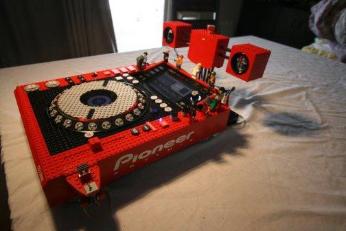 225793 119654314784598 112747755475254 161328 1080940 n Una consola de DJ hecha completamente con Lego