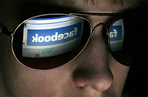 facebook riesgos redes sociales Estudio revela que los hombres son mas propensos a caer en engaños en internet