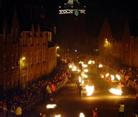 barriles escocia 590x502 Tradiciones de Año Nuevo alrededor del mundo